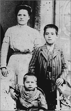 A 11 ans avec sa mère et son frère